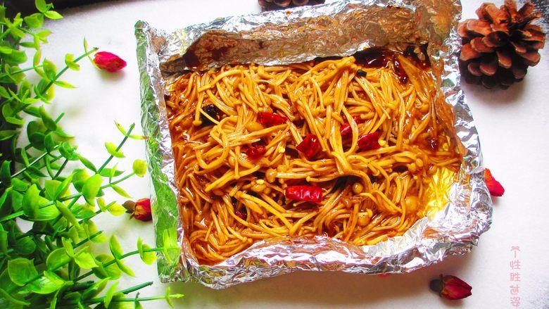盐焗锡纸金针菇,打开就可以吃了,打开锡纸时很烫的,用筷子辅助打开