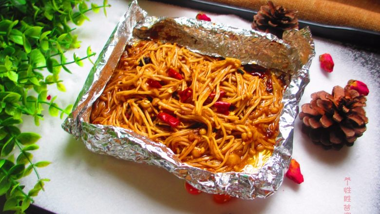 盐焗锡纸金针菇,不用盐焗,也可以直接把锡纸放在明上闷熟金针菇
