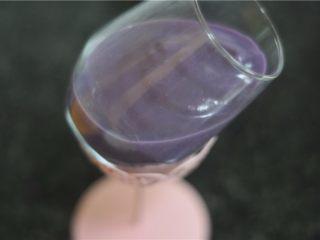 紫薯芒果慕斯杯,倒入紫薯慕斯