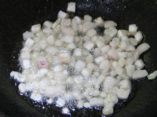 豆角(肉)焖面,炒菜锅烧热,倒入少量油,然后下肥猪油,来回搅拌,炒出油。