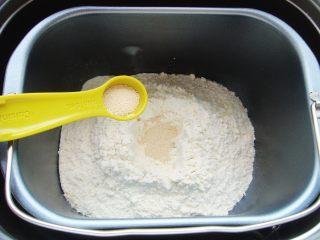 火龙果软欧包,面粉中间挖小坑倒入酵母粉盖上,一角处倒入盐。(避免酵母粉与盐直接接触影响活性)