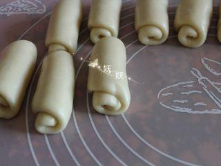 酥掉渣烧饼,翻面,卷起。十个全部卷好。盖上保鲜膜醒十分钟。