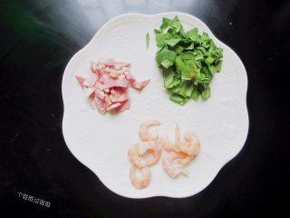 台式凤梨饭,培根、青菜切成丁,虾去壳剥出虾仁待用