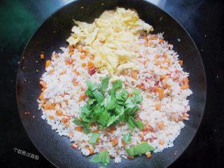 台式凤梨饭,下青菜、熟鸡蛋大火翻炒