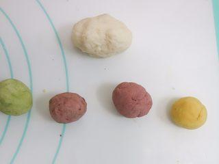 可爱的小矮人挤挤包,提前把欧克皮揉好以后取一半原色,剩下的平均四份加入蔬果粉揉成不同的颜色备用