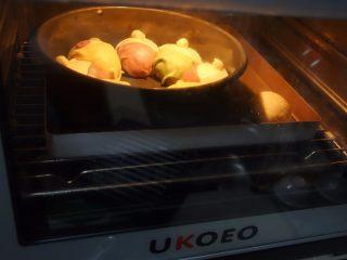 可爱的小矮人挤挤包,放在烤箱里放一碗热水按发酵模式 二次发酵半小时左右至两倍大即可