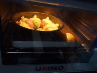 可爱的小矮人挤挤包,烤箱预热180度,170度中下层烤30分钟左右,20分钟左右小女孩面包要提前取出,挤挤包上也要加盖锡纸防止颜色过重