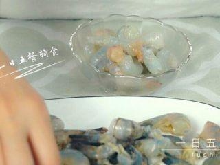 宝宝虾肉大馄饨 宝宝辅食,青菜+馄饨皮,鲜虾去虾线,虾壳。