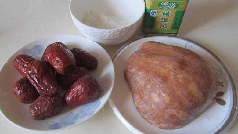 桂花红枣蒸南瓜,准备好原材料;
