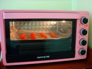 广式莲蓉蛋黄月饼,放入烤箱中层,上下170度,烤8分钟。烤好取出晾凉备用。