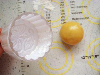 广式莲蓉蛋黄月饼,模具里安上喜欢的花片,撒上干面粉,使周围均匀的沾满面粉,再把多余的面粉抖出来。这样在脱模的时候不沾。