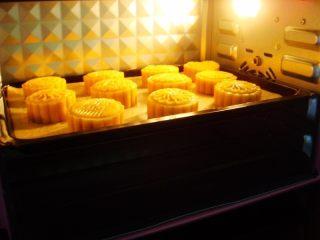 广式莲蓉蛋黄月饼,依次做好,烤箱提前预热:上170度,下160度,放入烤箱中层。