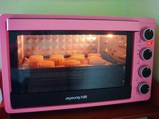 广式莲蓉蛋黄月饼,烤五分钟后定型取出。