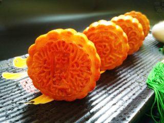 广式莲蓉蛋黄月饼,成品图。