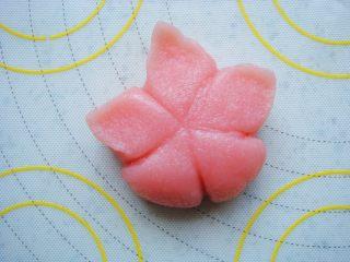 樱花和果子,花瓣边缘捏薄边,捏出尖角。