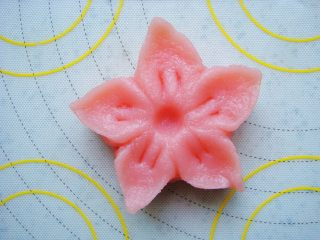 樱花和果子,花朵中间用圆头工具压出凹下去的小坑。