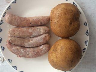 香肠土豆片,准备食材。