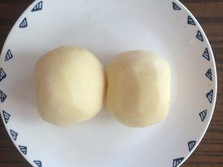 香肠土豆片,土豆去皮。