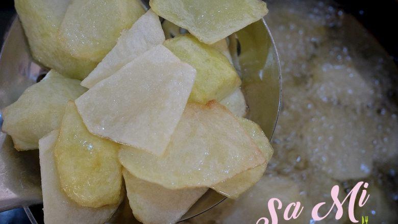 拔丝土豆红薯的做法 拔丝土豆红薯, 中火炸4分钟左右捞出控油(炸到土豆块飘起,土豆切面鼓包用筷子一戳即入时)