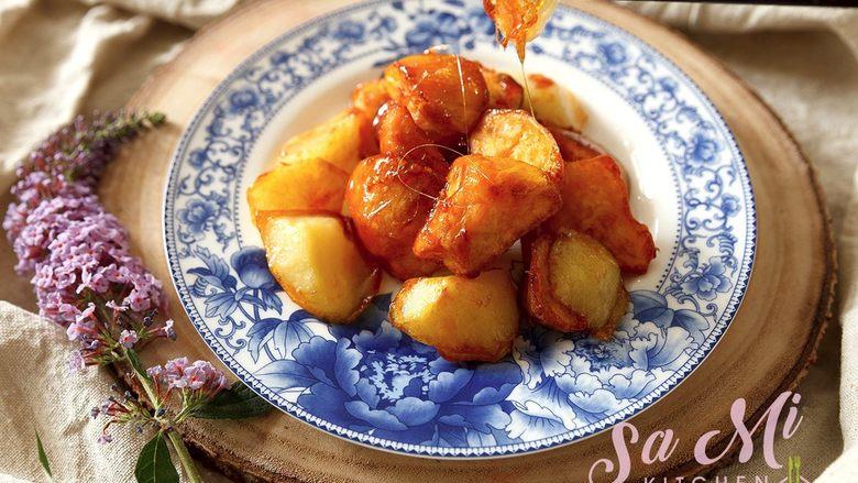 拔丝土豆红薯的做法 拔丝土豆红薯,迅速下入炸好的土豆块和红薯块翻炒均匀