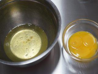 红丝绒奶油奶酪蛋糕,分离蛋白和蛋黄,打蛋白的盆要保证无油无水