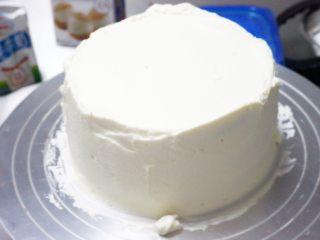 红丝绒奶油奶酪蛋糕,涂抹蛋糕侧面奶油,补充侧面的奶油厚度,并整理多余的奶油。