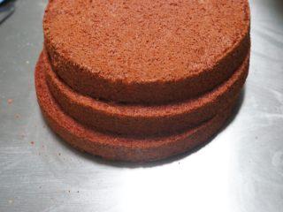 红丝绒奶油奶酪蛋糕,冷却好的6寸蛋糕均匀分成三片。