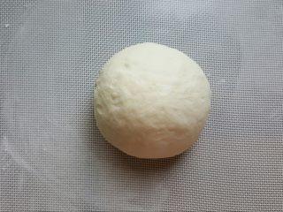 鸡肉海鲜披萨,12.将面团取出,撒少许手粉,将面团揉圆。