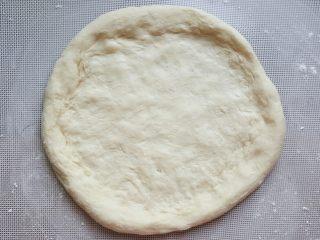 鸡肉海鲜披萨,13.用手捏成四周略厚的圆型披萨底。