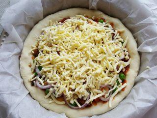 鸡肉海鲜披萨,18.最后铺上厚厚的芝士丝。