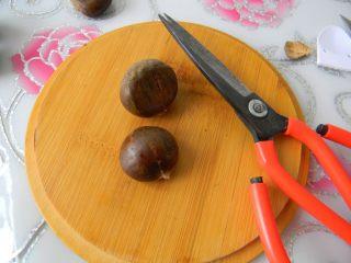 栗子鸡块,先来处理栗子。生栗子洗干净每个用剪刀划个小口