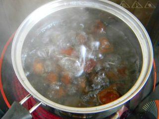 栗子鸡块, 烧开水,放进栗子煮3分钟左右取出过凉后在剥皮