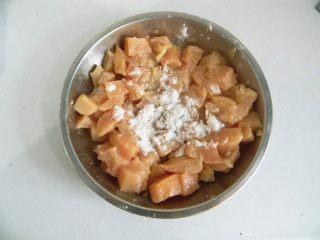 栗子鸡块, 鸡胸肉洗干净切成和栗子仁大小相仿的丁,用生抽、料酒将鸡胸肉腌制20分钟后在放入淀粉抓匀