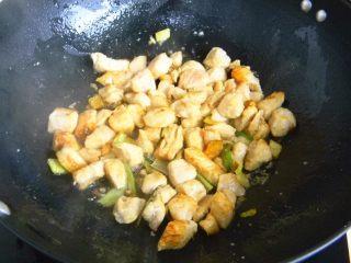 栗子鸡块,炒到鸡肉外皮微微发硬
