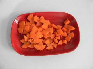 栗子鸡块,胡萝卜切成三瓣花状,或者切片也一样