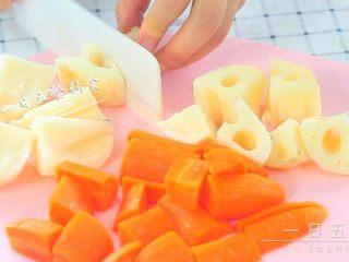 胡萝卜莲藕排骨汤  宝宝辅食,鲜甜营养,胡萝卜切段,莲藕切大块,玉米切段。