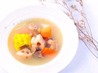 胡萝卜莲藕排骨汤  宝宝辅食,鲜甜营养, 出锅前撒点盐,装盘喝吧。虽然简单,胜在味道好、营养很全面,安利给你们。