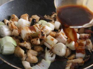 宫保鸡丁,翻炒后,放入大葱段,加入调制好的糖醋汁,翻炒后即可。