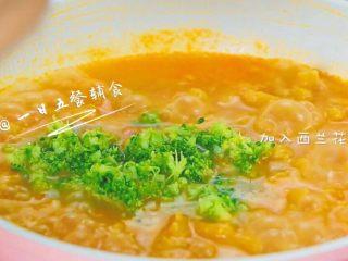 胡萝卜莲藕排骨面线 宝宝辅食西兰花+番茄,再煮2分钟,加入西兰花花穗,煮10秒钟就可以出锅了。