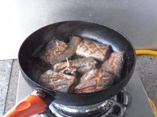 煎烧带鱼,两面都煎制焦黄