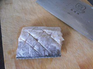 煎烧带鱼, 在鱼段表面划刀