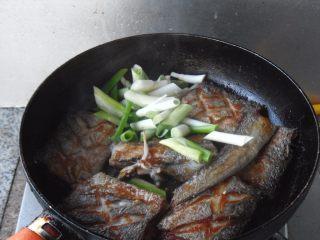煎烧带鱼, 放入葱姜