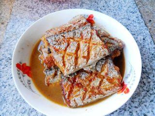 煎烧带鱼, 出锅装盘,即可上桌品味