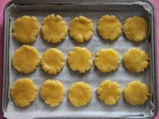 桃酥,用刷子给桃酥刷上蛋液,备用。