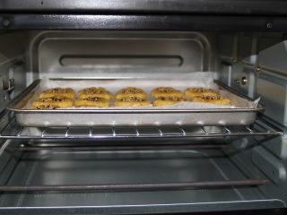 桃酥,提前十分钟预热烤箱中层,180度烤20分钟,看到桃酥上色即可。
