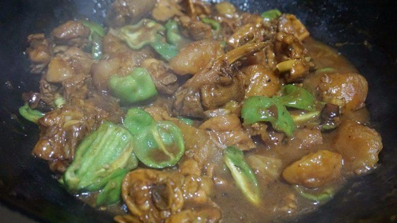 家庭版黄焖鸡,9.待汤汁收紧时,下青椒块翻炒均匀即可关火