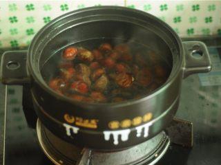 板栗烧鸡,放入开水锅中焖烫,至口开大