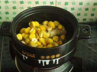 板栗烧鸡,炒至鸡块紧缩有些出油的时候,倒入板栗,翻炒几下