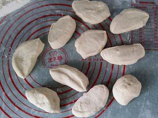 红豆沙包子,将面团秤重后切割10份