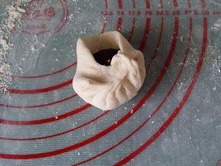 红豆沙包子,将四周皮包紧捍成褶子